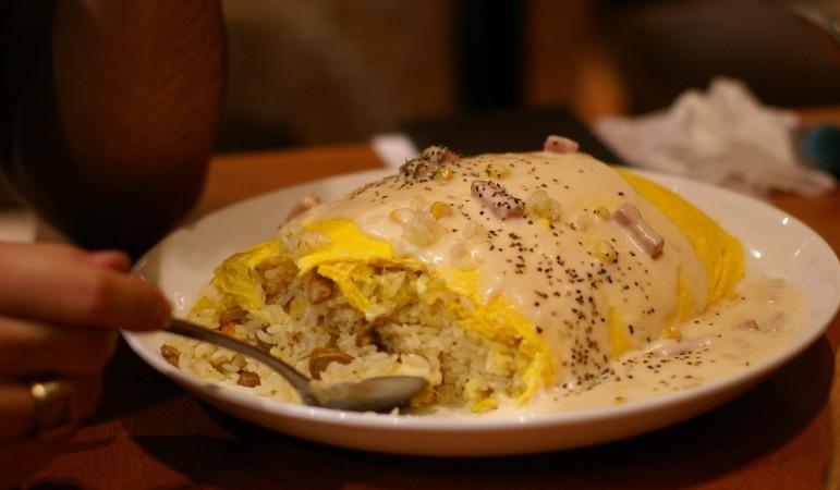 Erster Bissen eines guten japanischen Omeletts - Shuichi Aizawa
