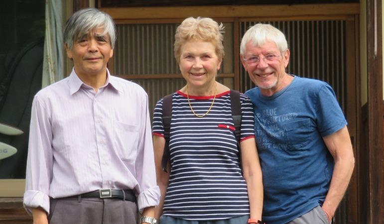 Myriam und Serge mit ihrem Gastgeber vor seinem japanischen Haus